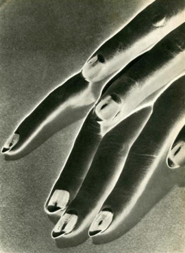 Man Ray,  »Study of Hands », (negative solarization) 1930